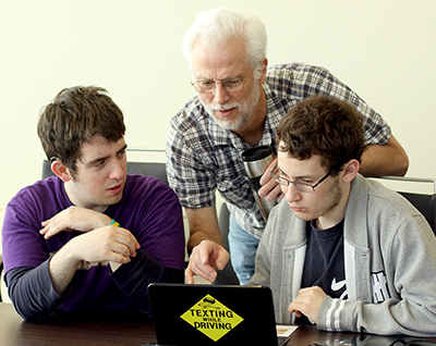Richard Ladner shows students how to code at an AccessComputing event.
