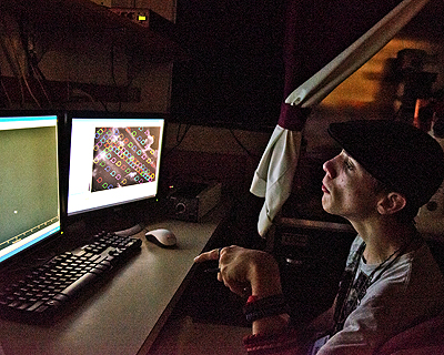 Image of a student using computers in a neurobiology lab
